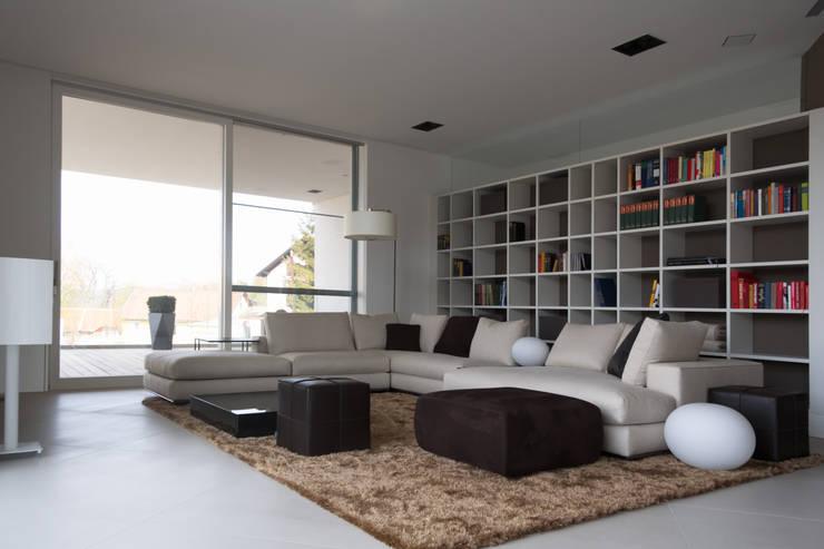 Haus P:  Wohnzimmer von Anthrazitarchitekten