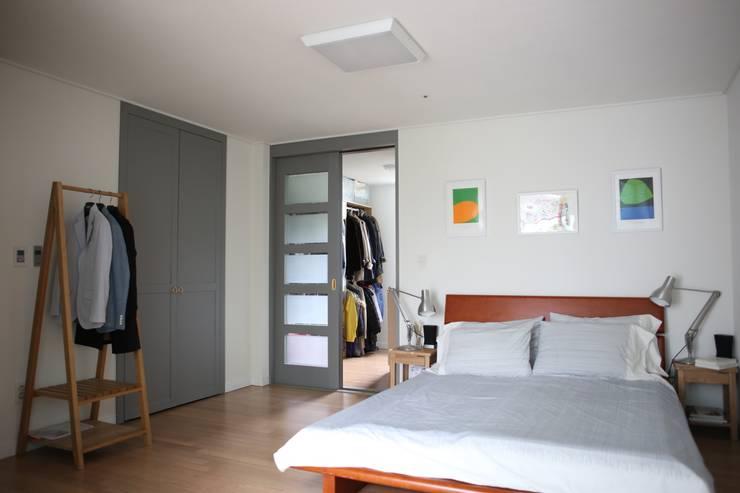 안방 : The livingfactory의  침실