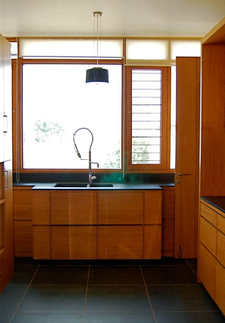 K HOUSE: asian Kitchen by KIRON CHEERLA ARCHITECTURE