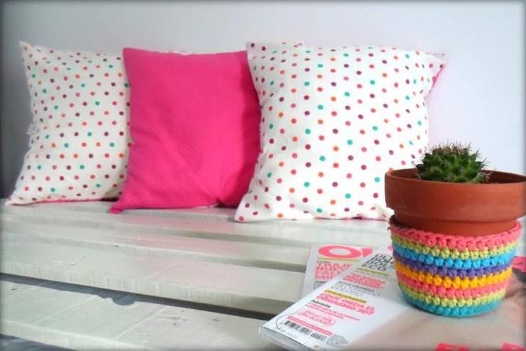 Textiles para renovar tu ambiente: Livings de estilo moderno por Las Candelarias