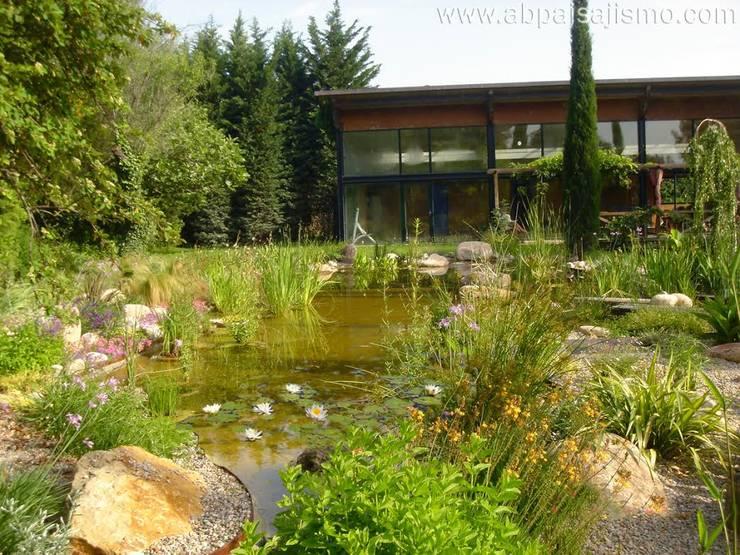 Jardines de estilo moderno por abpaisajismo