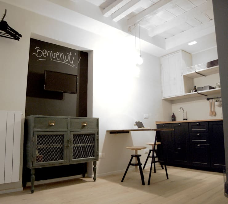 LIVING AND KITCHENETTE: Sala da pranzo in stile  di Moodern