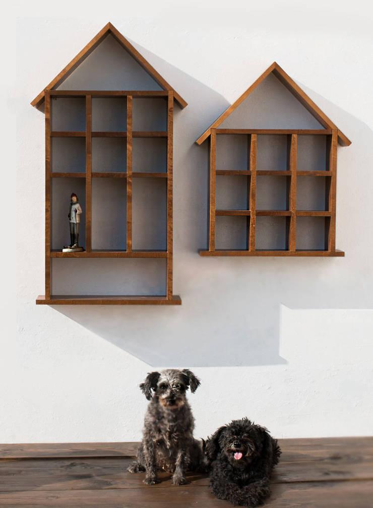 Półki w kształcie domów: styl , w kategorii  zaprojektowany przez Atelio,Skandynawski Drewno O efekcie drewna