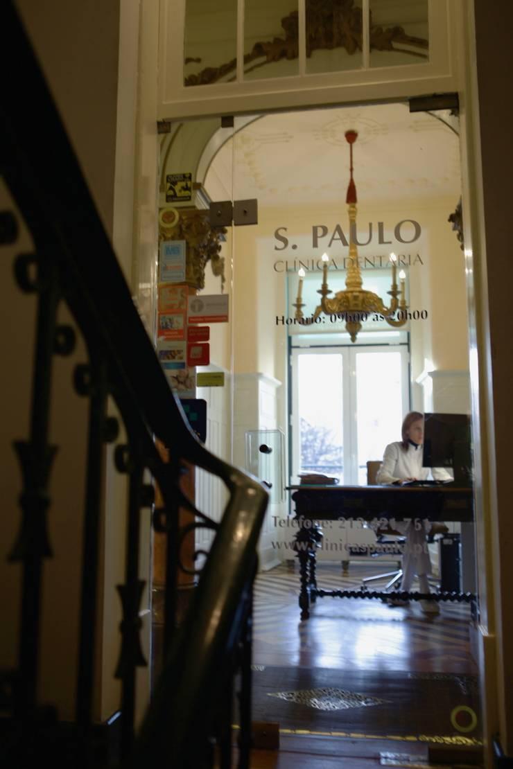 Reabilitação de Clinica Dentária em Espaço pombalino  : Clínicas  por adoroaminhacasa