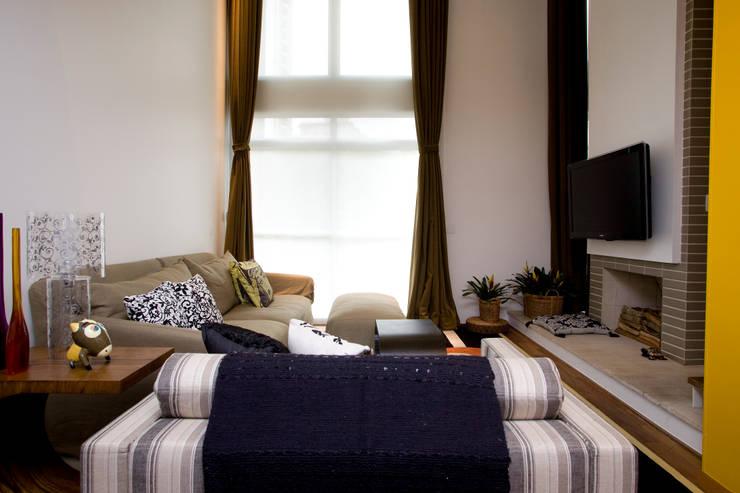 Loft no bairro Jardim Paulista: Salas de estar modernas por EVELIN SAYAR ARQUITETURA E INTERIORES