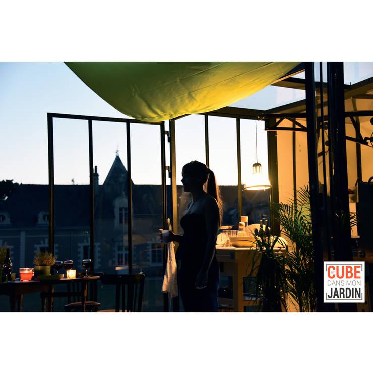 Rien de mieux que le cube un soir d'été...: Balcon, Veranda & Terrasse de style de style eclectique par Un CUBE dans mon jardin