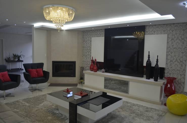 Sala com lareira: Salas de estar  por Ésse Arquitetura e Interiores