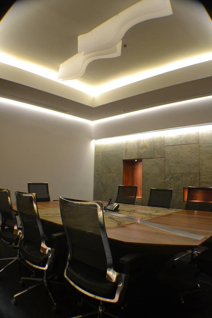 Sala de juntas: Oficinas y tiendas de estilo  por Maka Arquitectura