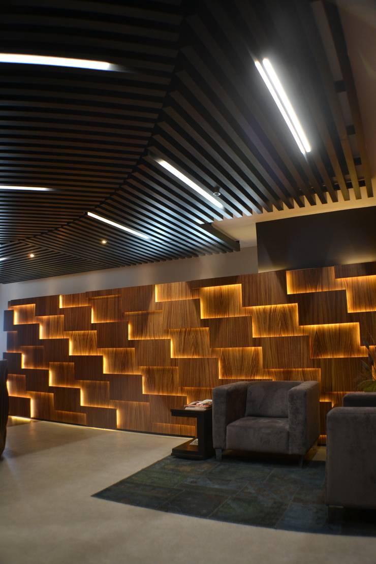 Vestíbulo: Oficinas y tiendas de estilo  por Maka Arquitectura