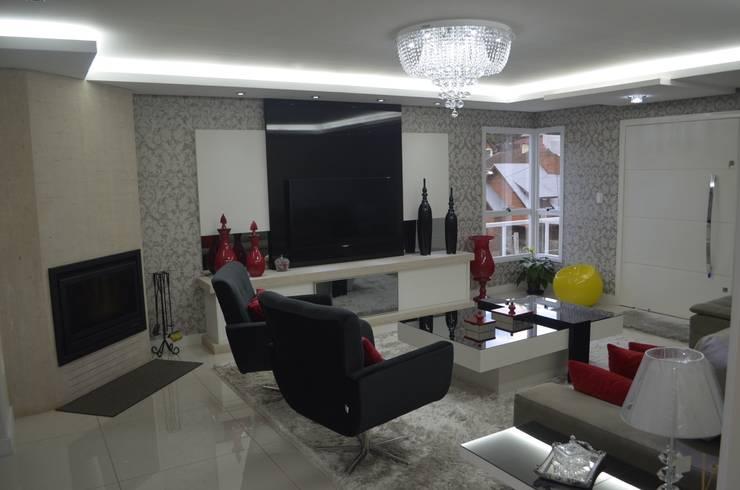 Lareira e aparador: Salas de estar  por Ésse Arquitetura e Interiores