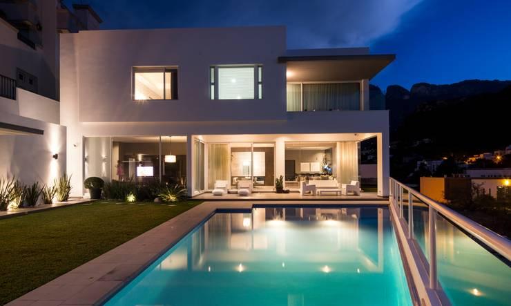 ALBERCA: Albercas de estilo  por Rousseau Arquitectos