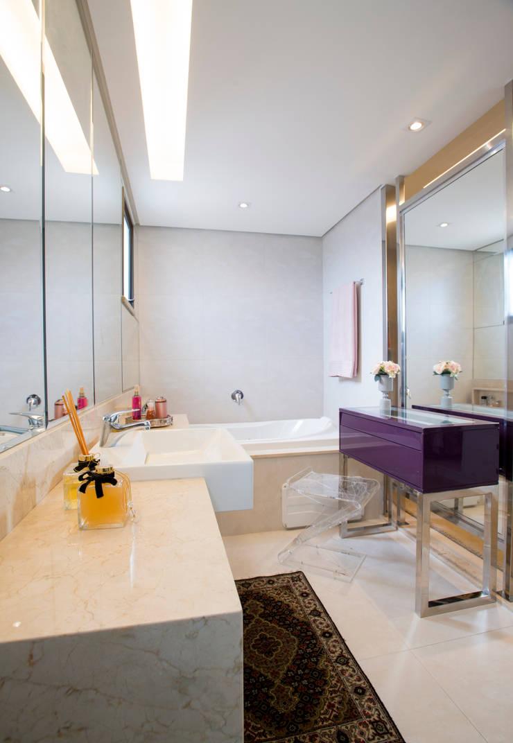 Apartamento Integrado: Banheiros  por EL ARQUITETURA E INTERIORES