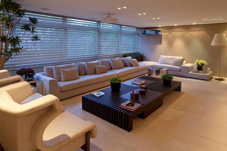 Apartamento Asa Sul Brasília 2013: Salas de estar  por Elaine Vercosa