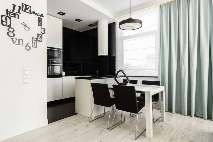 mieszkanie prywatne 3 pokoje czarno-białe – apartamenty na polanie – Gdynia : styl , w kategorii Jadalnia zaprojektowany przez Anna Maria Sokołowska Architektura Wnętrz ,