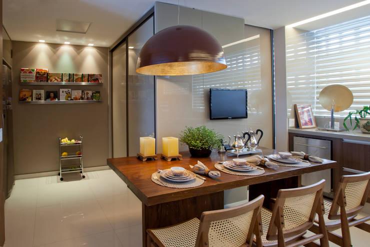 Apartamento Asa Sul Brasília 2013: Salas de jantar  por Elaine Vercosa,Moderno