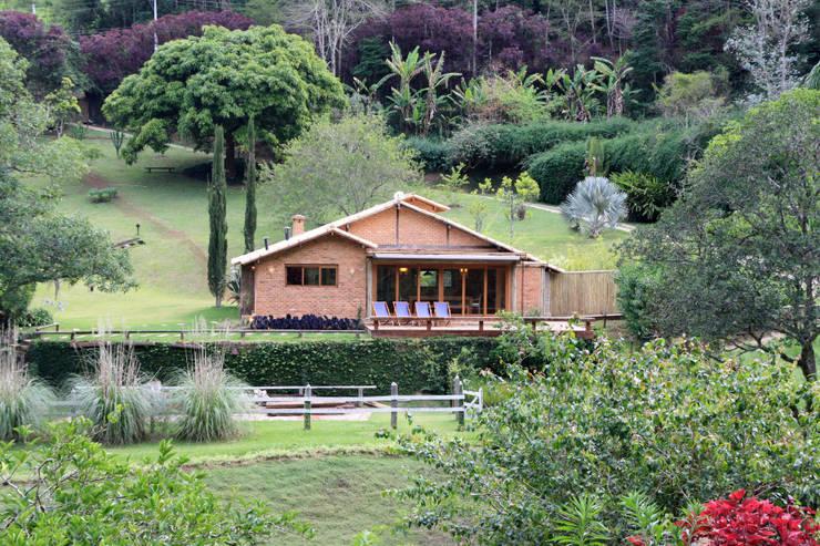 Casas de estilo  de FLAVIO BERREDO ARQUITETURA E CONSTRUÇÃO, Colonial