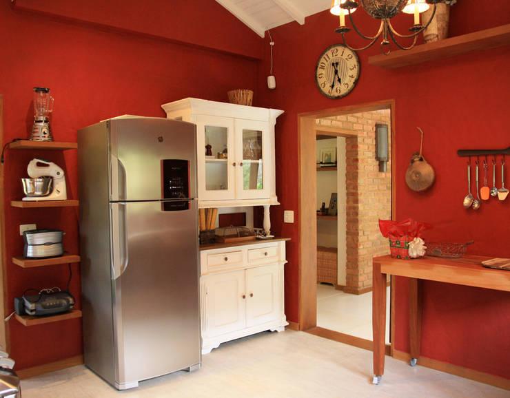 Kitchen by FLAVIO BERREDO ARQUITETURA E CONSTRUÇÃO