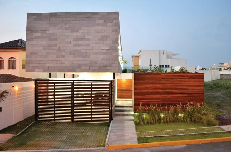 Casa Ivanna: Casas de estilo  por OBRA BLANCA