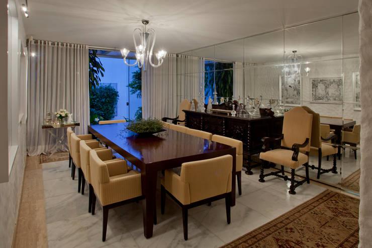 Residência QI 19 Brasília 2012: Salas de jantar  por Elaine Vercosa