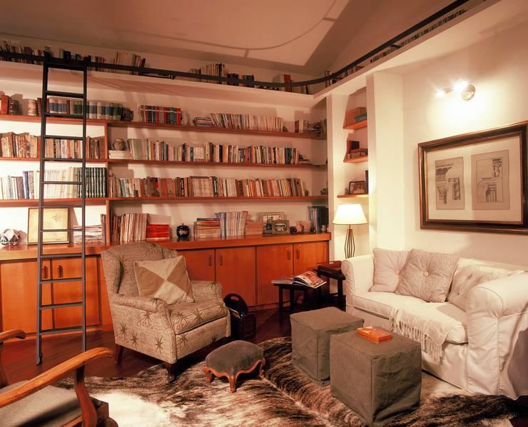 Biblioteca 3: Escritórios  por IDALIA DAUDT Arquitetura e Design de Interiores