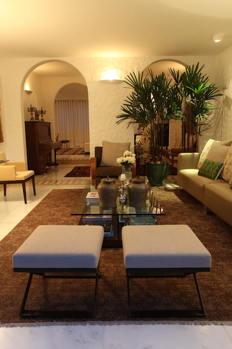 Residência QI 19 Brasília 2012: Salas de estar  por Elaine Vercosa