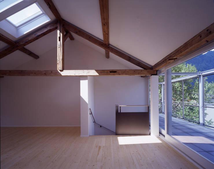 Salas / recibidores de estilo  por Arcoop