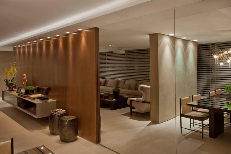 Apartamento Asa Sul Brasília 2013: Salas de estar  por Elaine Vercosa,Moderno