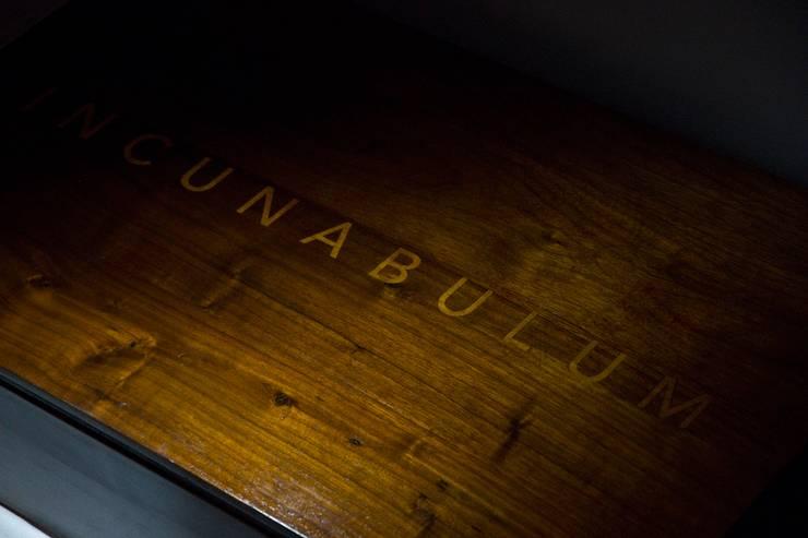 Premier plateau marqueté en buis verniz au tampon ( gome laque):   por Atelier São Vicente