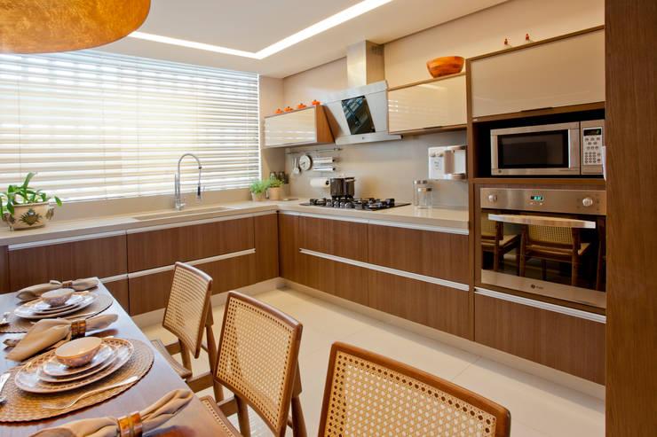 Apartamento Asa Sul Brasília 2013: Cozinhas  por Elaine Vercosa