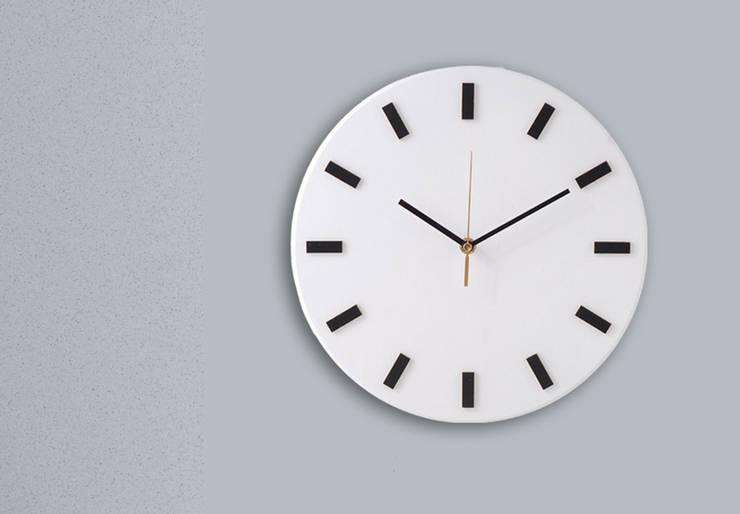 Scandi Clock - zegar drewniany 30 cm, biały prosty: styl , w kategorii Gospodarstwo domowe zaprojektowany przez Silva Design