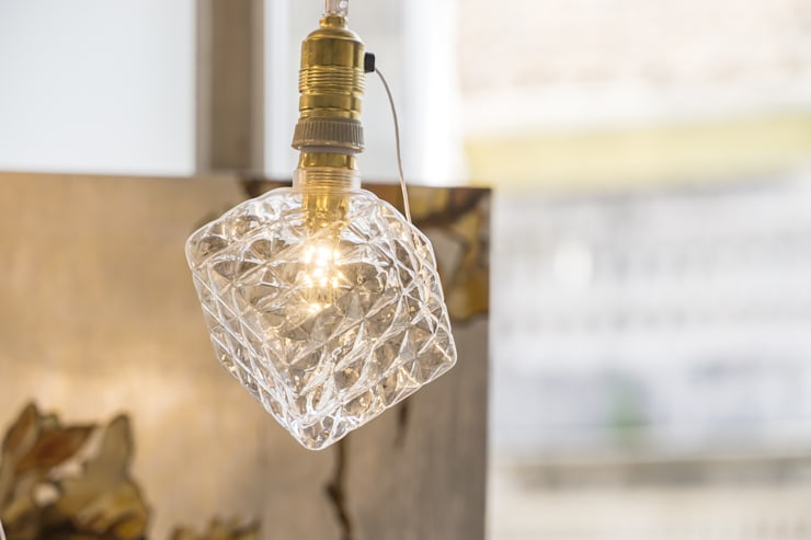 LED GOLD BULB: Sala de estar  por Light & Store