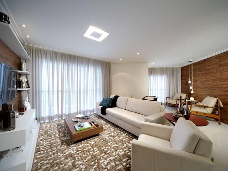 Maison Brodeaux: Salas de estar  por Aline Dinis Arquitetura de Interiores,