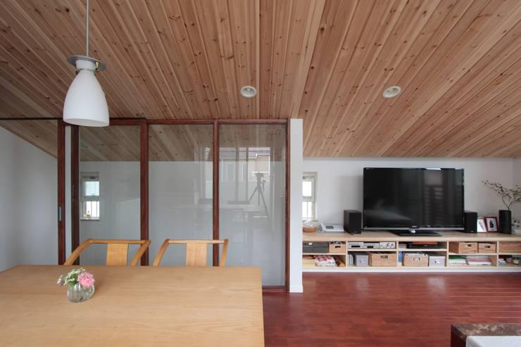光と風が通り抜ける都心の家: アトリエグローカル一級建築士事務所が手掛けたダイニングです。