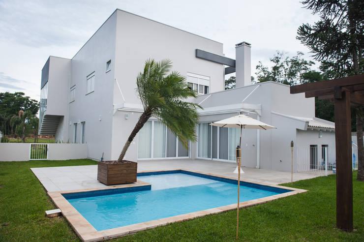 Vista Lateral: Casas  por Pau Brasil,Moderno