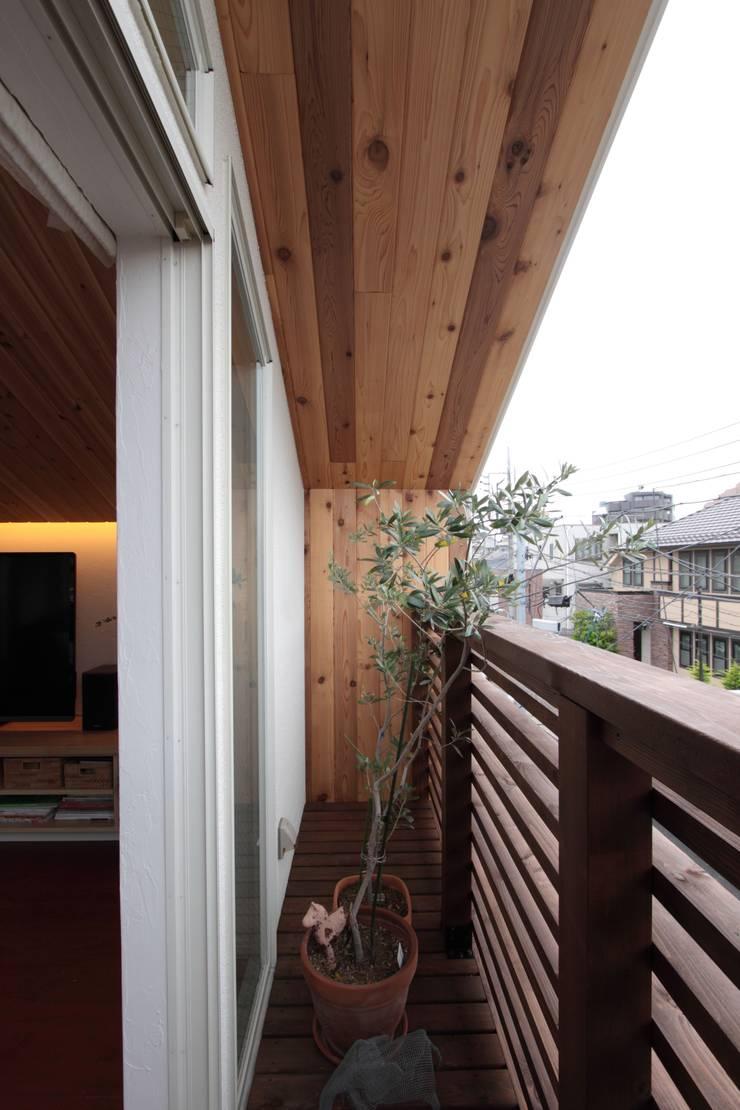 光と風が通り抜ける都心の家: アトリエグローカル一級建築士事務所が手掛けたテラス・ベランダです。