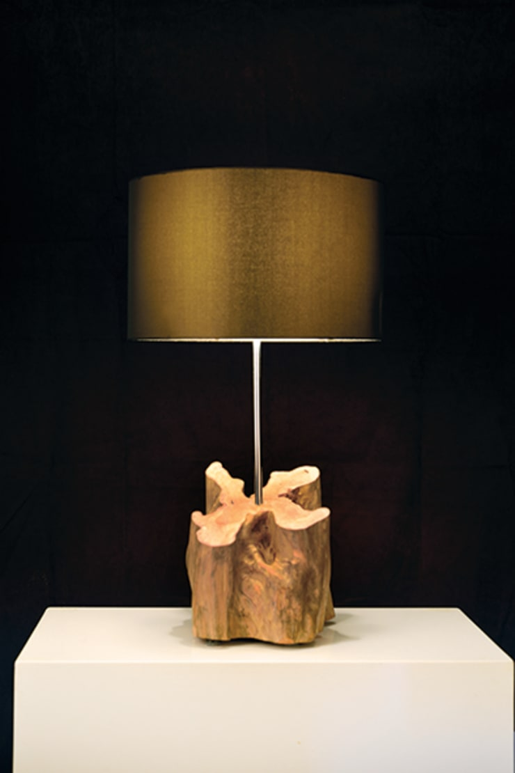 Table lamps: Sala de estar  por Woodpieces