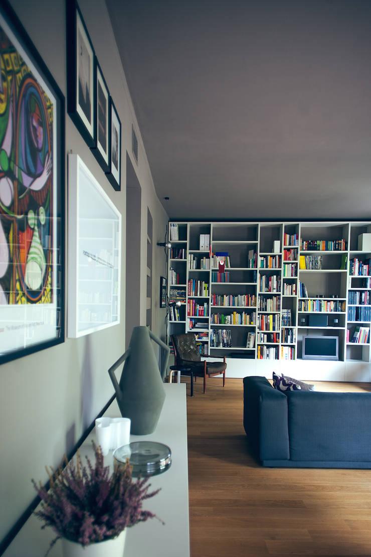 house#01 soggiorno: Soggiorno in stile  di andrea rubini architetto, Scandinavo Porcellana