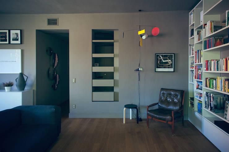 house#01 soggiorno: Soggiorno in stile  di andrea rubini architetto, Scandinavo Pelle Grigio