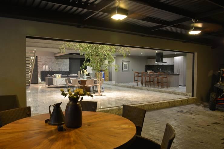 Salas de jantar minimalistas por Con Contenedores S.A. de C.V.