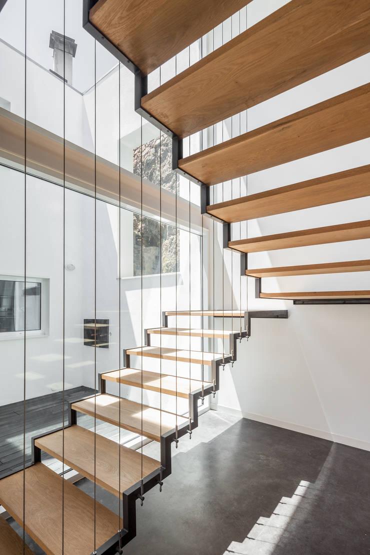 Casa JA: Corredores e halls de entrada  por FPA - filipe pina arquitectura