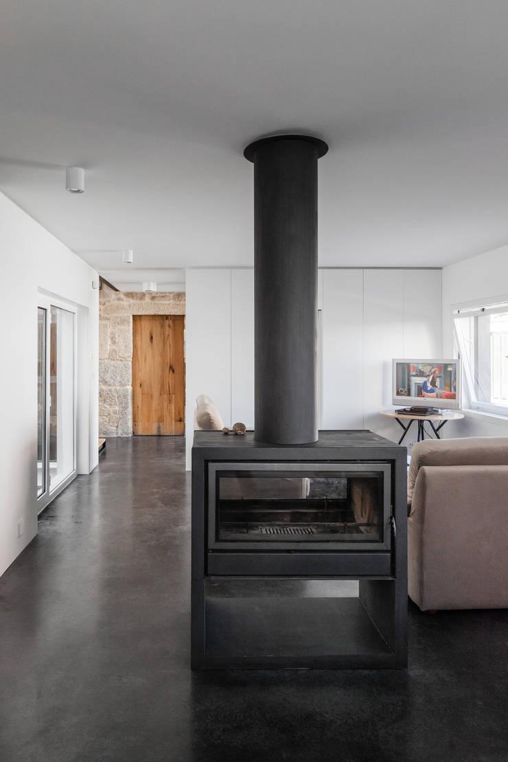 Casa JA: Salas de estar  por FPA - filipe pina arquitectura