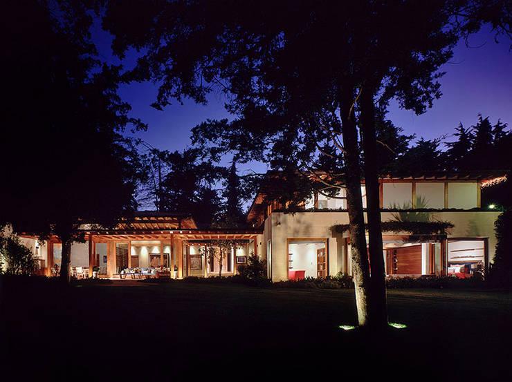 Fachada Nocturna: Casas de estilo  por JR Arquitectos