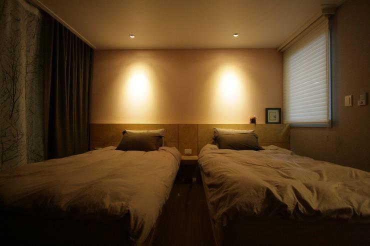 호텔식 트윈룸_34py: 홍예디자인의  침실