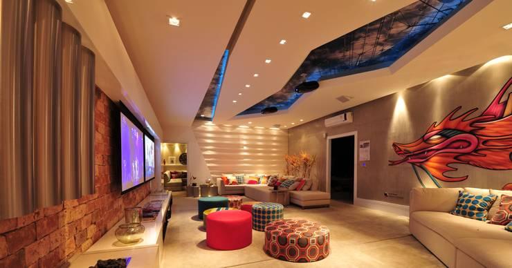 Salas de entretenimiento de estilo  por ANNA MAYA & ANDERSON SCHUSSLER