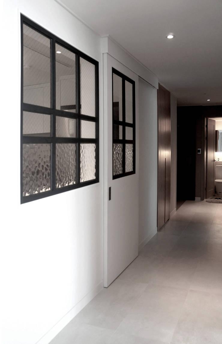 44평형 아파트 인테리어 전체시공부터 스타일링까지: 마르멜로디자인컴퍼니의  복도 & 현관