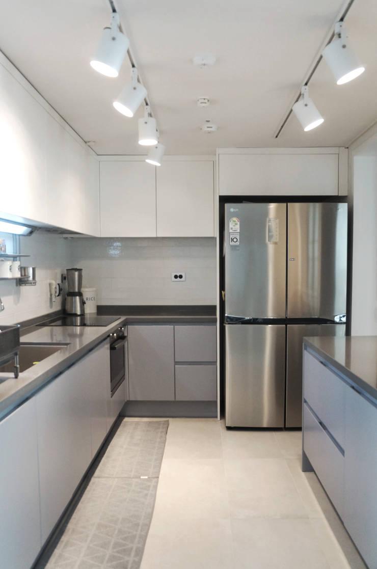 44평형 아파트 인테리어 전체시공부터 스타일링까지: 마르멜로디자인컴퍼니의  주방