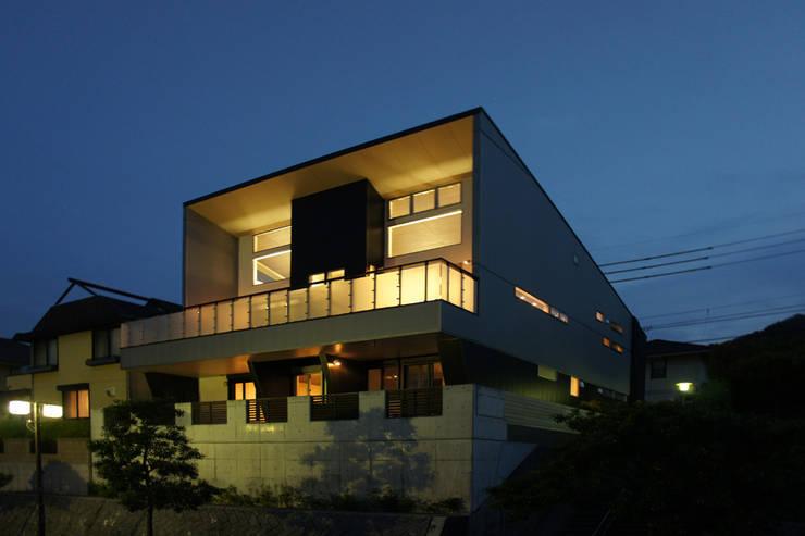 ~開放感あふれる暮らしを楽しむ『回遊する眺望リビングの家』: 西薗守 住空間設計室が手掛けた家です。,