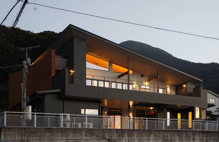 ~山に抱かれた暮らしを楽しむ『自然の潤いと共に暮らす家』: 西薗守 住空間設計室が手掛けた家です。,