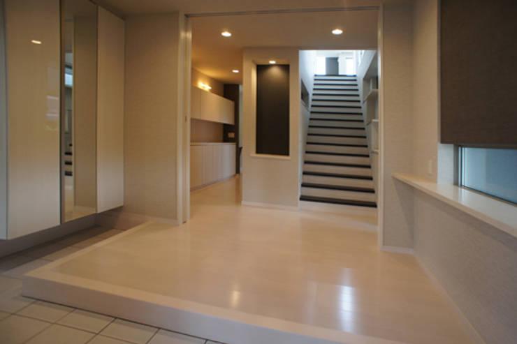 ~開放感あふれる暮らしを楽しむ『回遊する眺望リビングの家』: 西薗守 住空間設計室が手掛けた廊下 & 玄関です。,