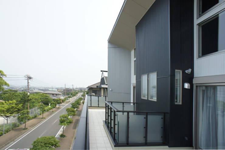 ~開放感あふれる暮らしを楽しむ『回遊する眺望リビングの家』: 西薗守 住空間設計室が手掛けたテラス・ベランダです。,